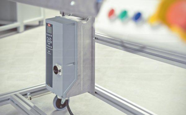 Taktband mit Frequenzumrichter, integrierter Logik und Not-Halt