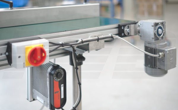 Förderband mit 3-Phasen-Motor, Frequenzumrichter, Hauptschalter