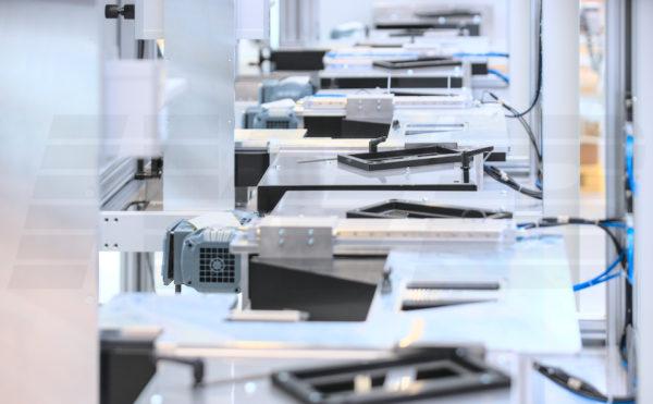 Automatisierte Laserbeschrifter mit Förderband
